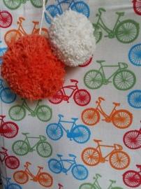 Detalhe de pompom na ecobag de bicicletas coloridas.